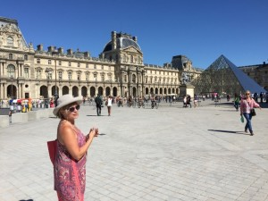 tracey-outside-louvre