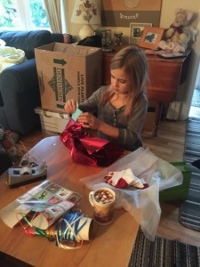 ella-wrapping-pressies